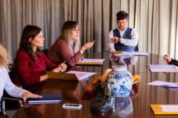 Vergadering van advocaten en medewerkers in kleur
